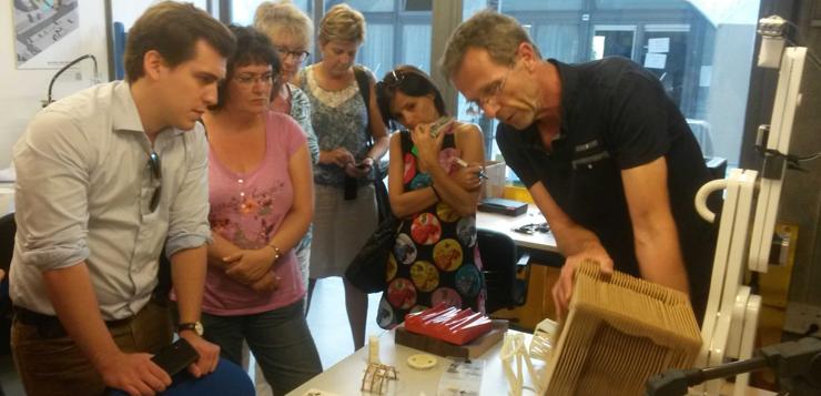 Le professeur Lequay montrant des produits réalisés au laboratoire de l'ENSAL